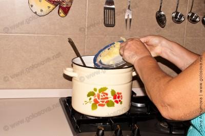 размятая картошка добавляется в кастрюлю с щавелевым борщом