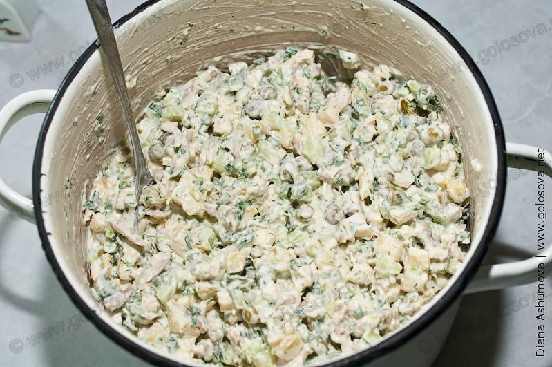 салат столичный с курицей в кастрюле