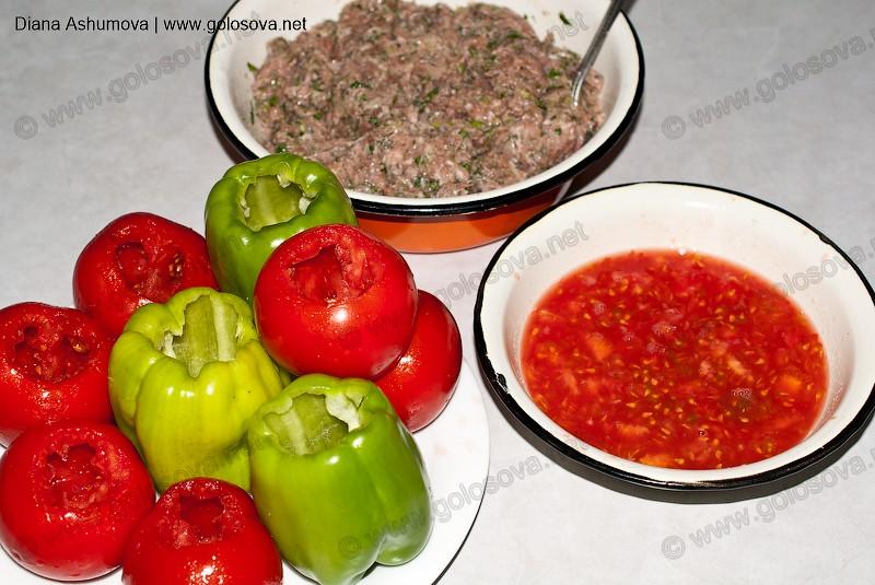 на фото: перец-дома, помидоры, фарш и помидорная заправка