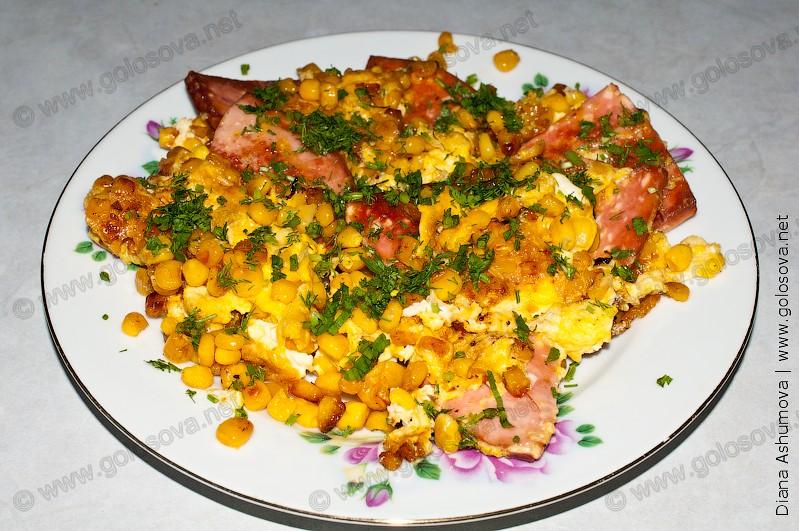 омлет из колбасы с яйцами и кукурузой на тарелке