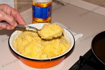 столовой ложкой отсаживаем котлету из картошки