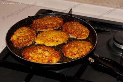 готовые картофельные котлеты на сковороде