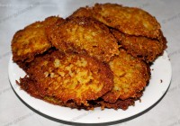 картофельные котлеты на тарелке
