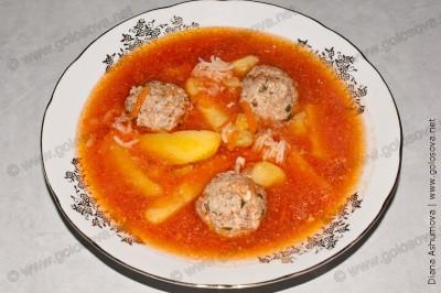 тарелка супа с фрикадельками из фарша