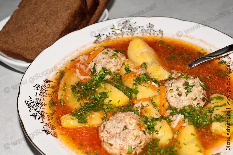 тарелка супа с фрикадельками и рисом