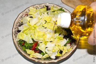 заправляем салат летний растительным маслом