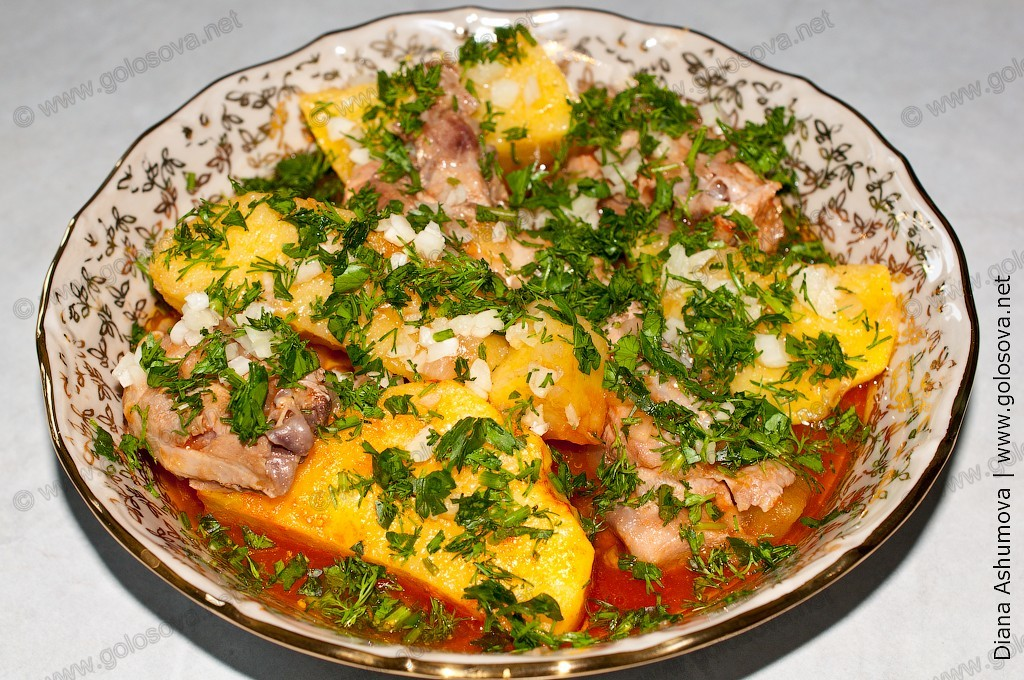 Соус: тушеная картошка с курицей с зеленью и чесноком