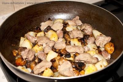 куриная печень с грибами и вареной картошкой на сковороде