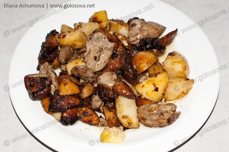 Куриная печень с картошкой и грибами на тарелке