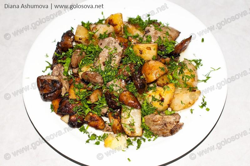 вареная куриная печень с грибами и картошкой на тарелке