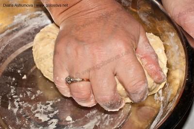 месим руками пельменное тесто