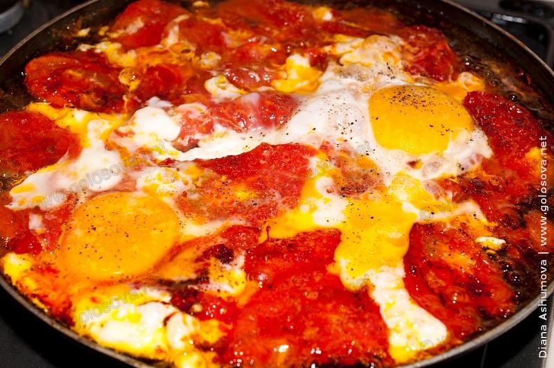 яичница с помидорами в сковороде