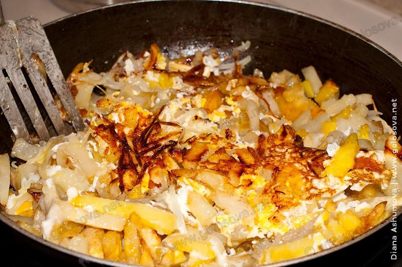 жареная картошка с яйцом и сыром
