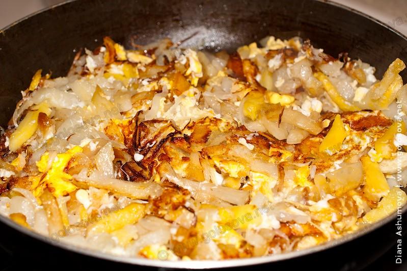 жареная картошка с яйцами по домашнему