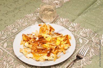 жареная картошка с яйцами и компотом из айвы