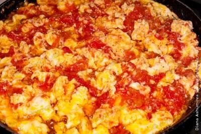 жареные яйца с помидорами по бакински