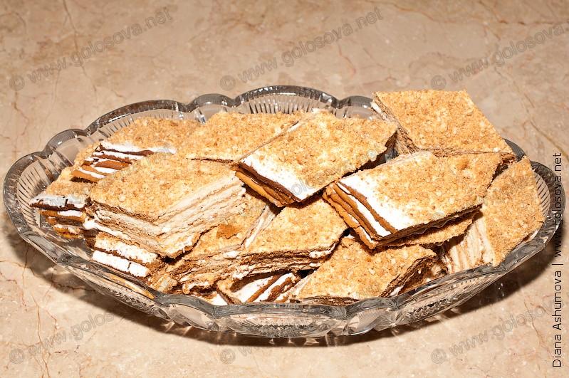 многослойные песочные пирожные в вазочке