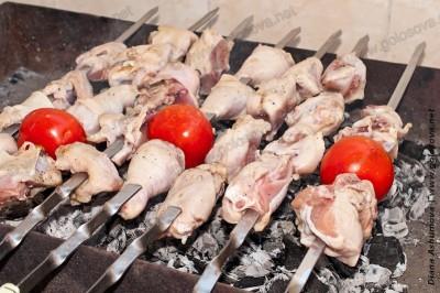 жарится куриный шашлык на углях