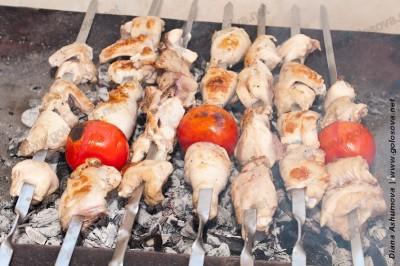 куриный шашлык на шампурах над раскаленными углями