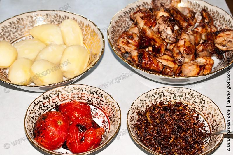 куриный шашлык, жареный лук, отварная картошка