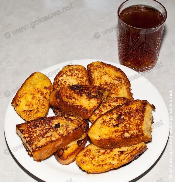 гренки с яйцом и молоком с горячим черным чаем