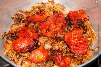 курица с помидорами в кастрюле