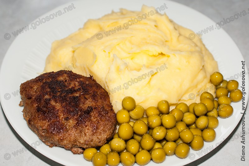 котлета с картофельным пюре и зеленым горошком