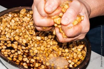 отжимаем баклажаны от горечи и соли