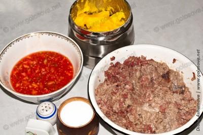 фарш, мякоть помидоров, соль, перец, топленое масло