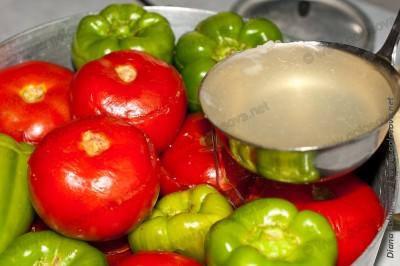 заливаем бульоном фаршированные овощи