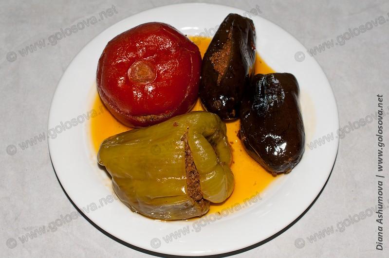 фаршированные баклажаны с перцем и помидором