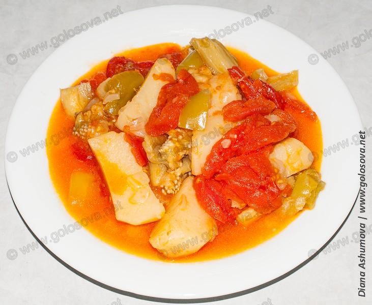 овощное рагу с баклажанами на плоской тарелке