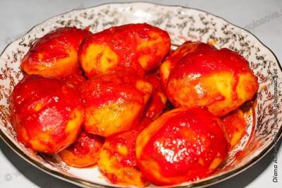 картошка с томатной пастой, приготовленная в духовке