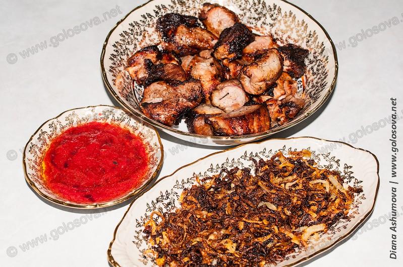 шашлык из свинины с лимоном, жареный лук и соус из алычи