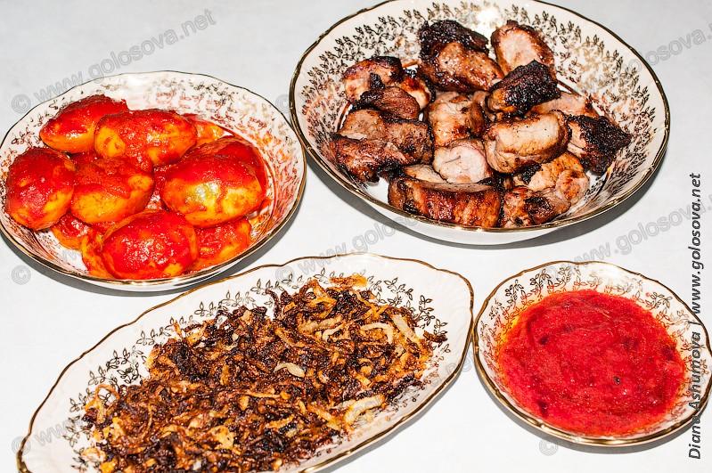 шашлык из свинины с лимоном, жареный лук, жареная алыча, картошка с томатной пастой в духовке
