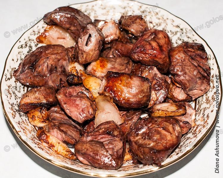 шашлык из свиного сердца в салатнике