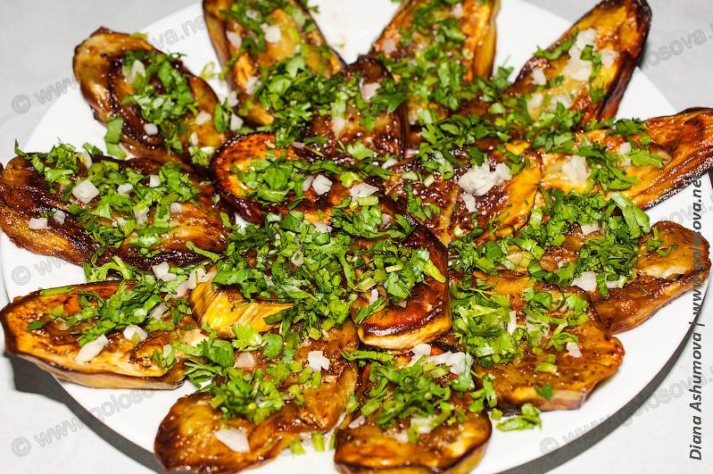 жареные баклажаны с чесноком и кинзой