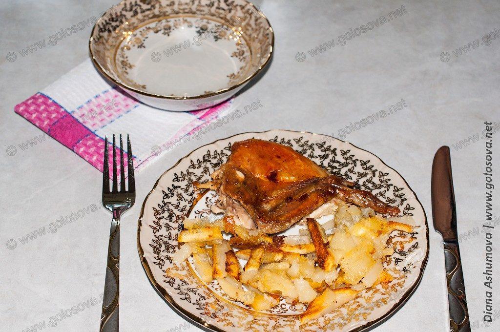 цыпленок табака и пиала с водой