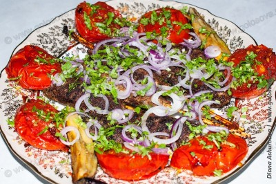 люля на сковороде с помидорами