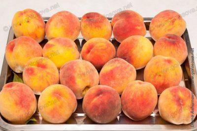 свежие персики на подносе