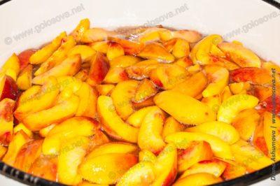 варим персиковое варенье в тазу с сиропом