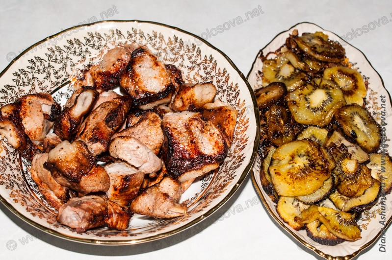 шашлык с киви на тарелках