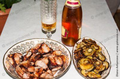 свиной шашлык с киви в салатниках