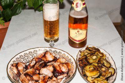 шашлык из свинины с киви с бокалом шампанского