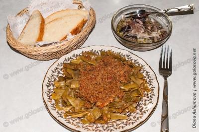 стручковая фасоль с маринованными баклажанами и хлебом