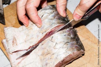 разрезаем рыбу ножом