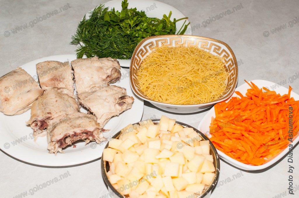 компоненты для куриного супа с вермишелью