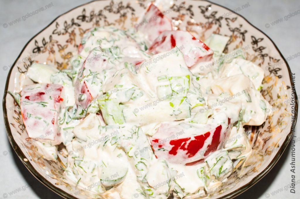 вкусный салат с яйцами и помидорами