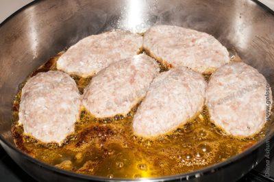свиные котлеты на сковороде