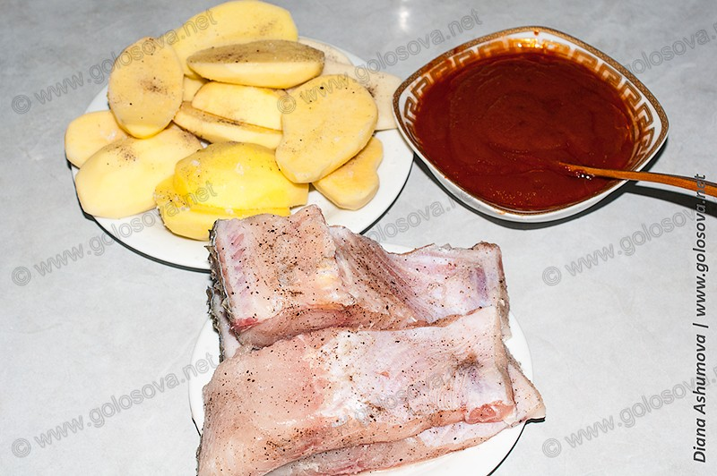нарезанный картофель и рыба, подготовленный томатный соус